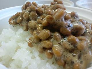 写真:白いゴハンにかけた納豆のアップ