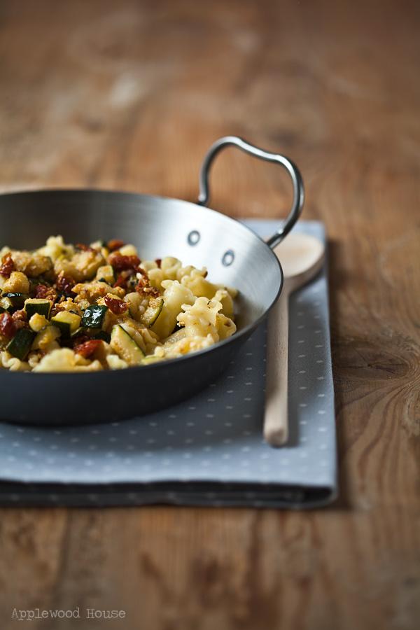 Pasta mit Zucchini, getrockneten Tomaten und Ziegenfrischkäse, dieses Rezept steht in 15 Minuten auf dem Tisch