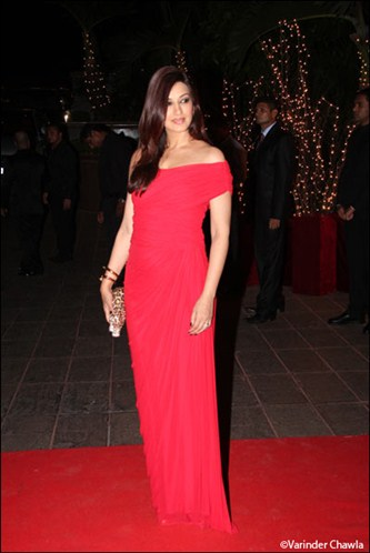 Sonali looks seductive in red -  The beautiful babes of B-town in Gowns