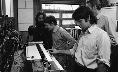 George Harrison, Mike Vickers, George Harrison y Paul McCartney en el estudio durante las sesiones de grabación del álbum Abbey Road en 1969 probando el Moog 3P
