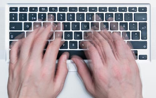 تعلم كيف تكتب على الكيبورد بسرعة كبيرة دون الشعور بالملل