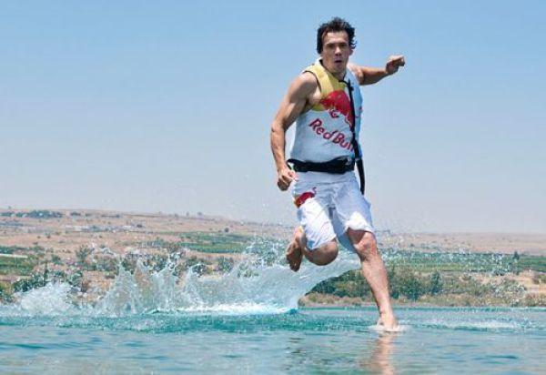 the miracle of running on water 640 07 [Gambar] Lelaki Berlari Di Atas Air! Unbelievable? Believe It!