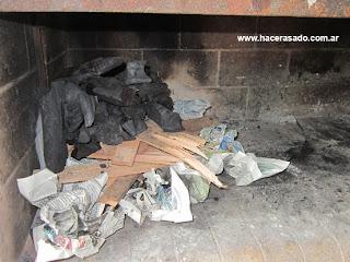 papel, ramas y carbón para encender fuego para cocinar carne