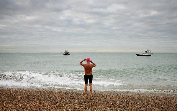 Lelaki tertua berenang merentasi Selat Inggeris