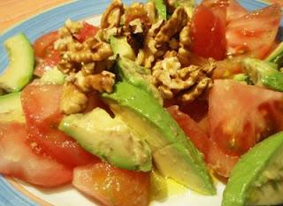 ensalada con tomate, nueces y aguacate