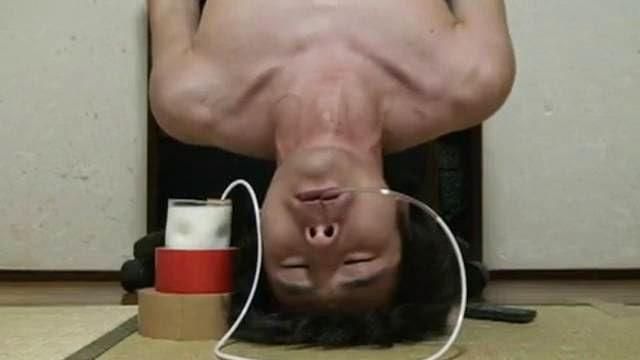 Boire du lait la tête à l'envers, un défi impossible
