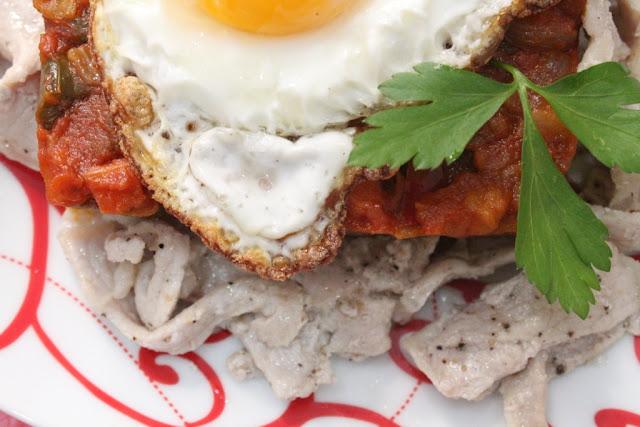 pisto casero con patatas y huevo
