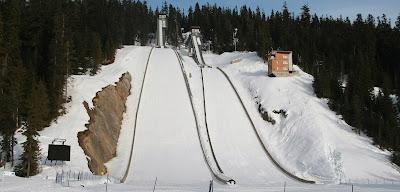 Il fait du saut à ski... complètement nu - VIDEO