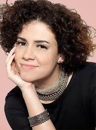 Valeria Sattamini canta tema francês de Chica e Ricardo