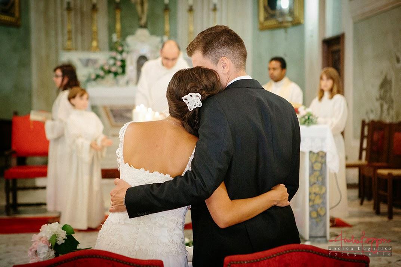 sposi abbracciati all'altare matrimonio Savona