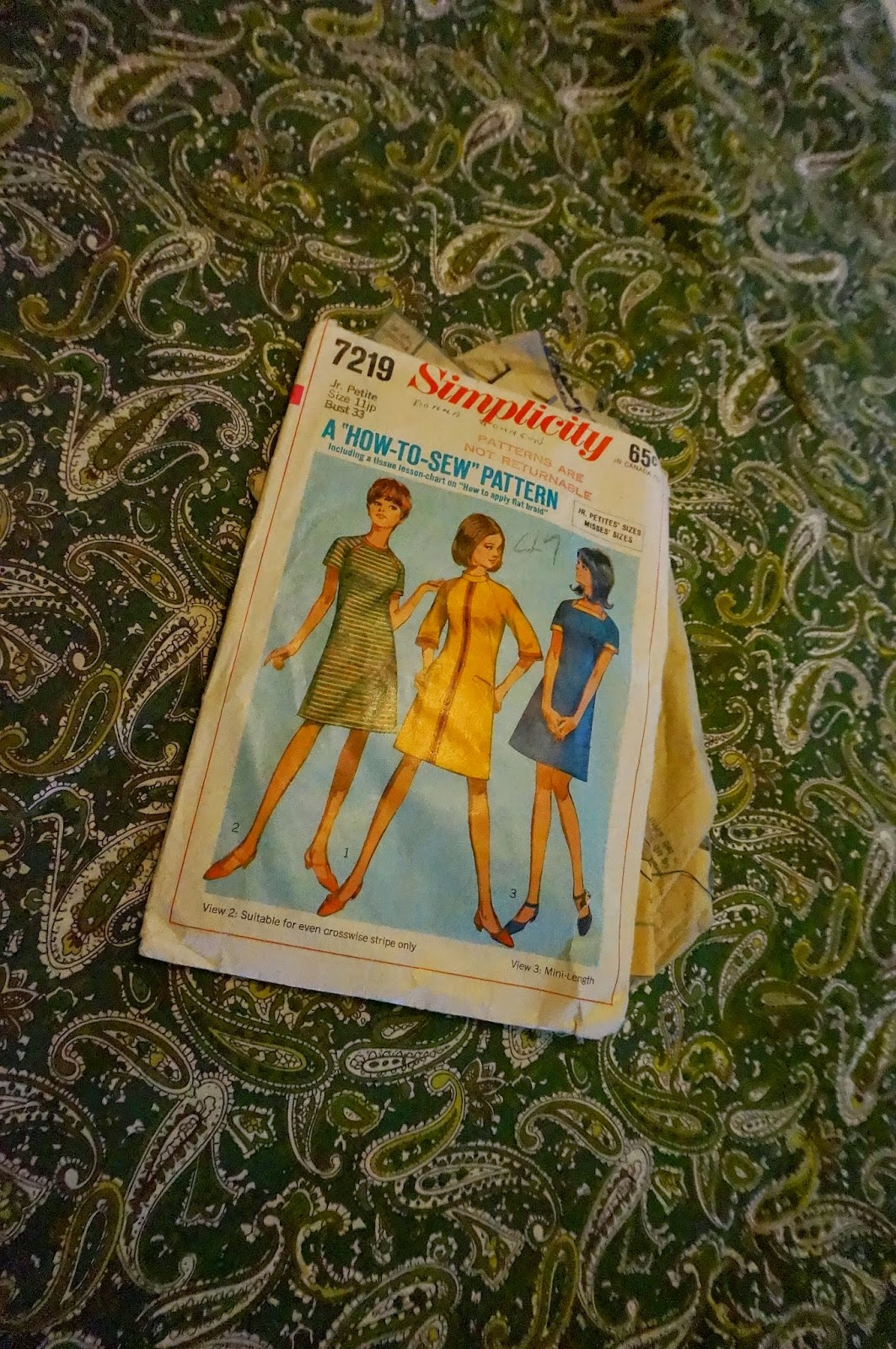 Addicted to my sewing machine : A-line dress with raglan sleeves , based on 1967 Simplicity pattern ( n° 7219)  I choose the view 2 , with 3/4 sleeves and without welts and novelty braid trim  . I add a white collar / tie on the green and yellow paisley fabric .vintage 1960 60s 60's années 60 retro mod dress robe twiggy gogo cachemire vert jaune col blanc