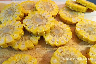 Panocha de maíz cocida cortada en rodajas