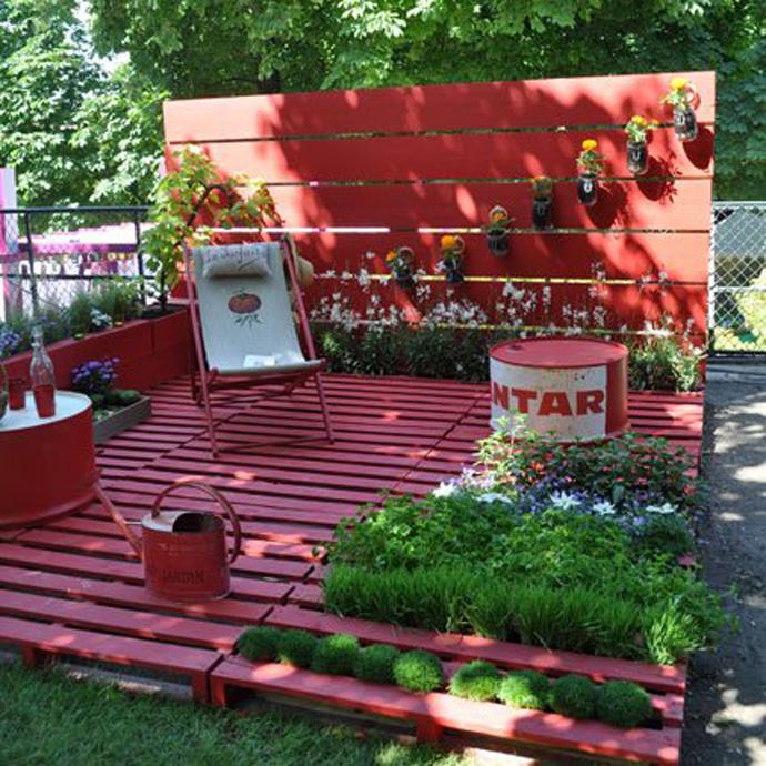 taman dengan furnitur kayu bekas