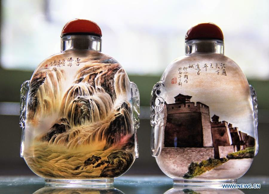 04-Liu Zhengyao-Snuff-Bottles-Painted-from-the-Neck-on-the-Inside-www-designstack-co