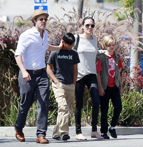 Brad Pitt e Angie Jolie levando parte da tripulação para comprar brinquedos