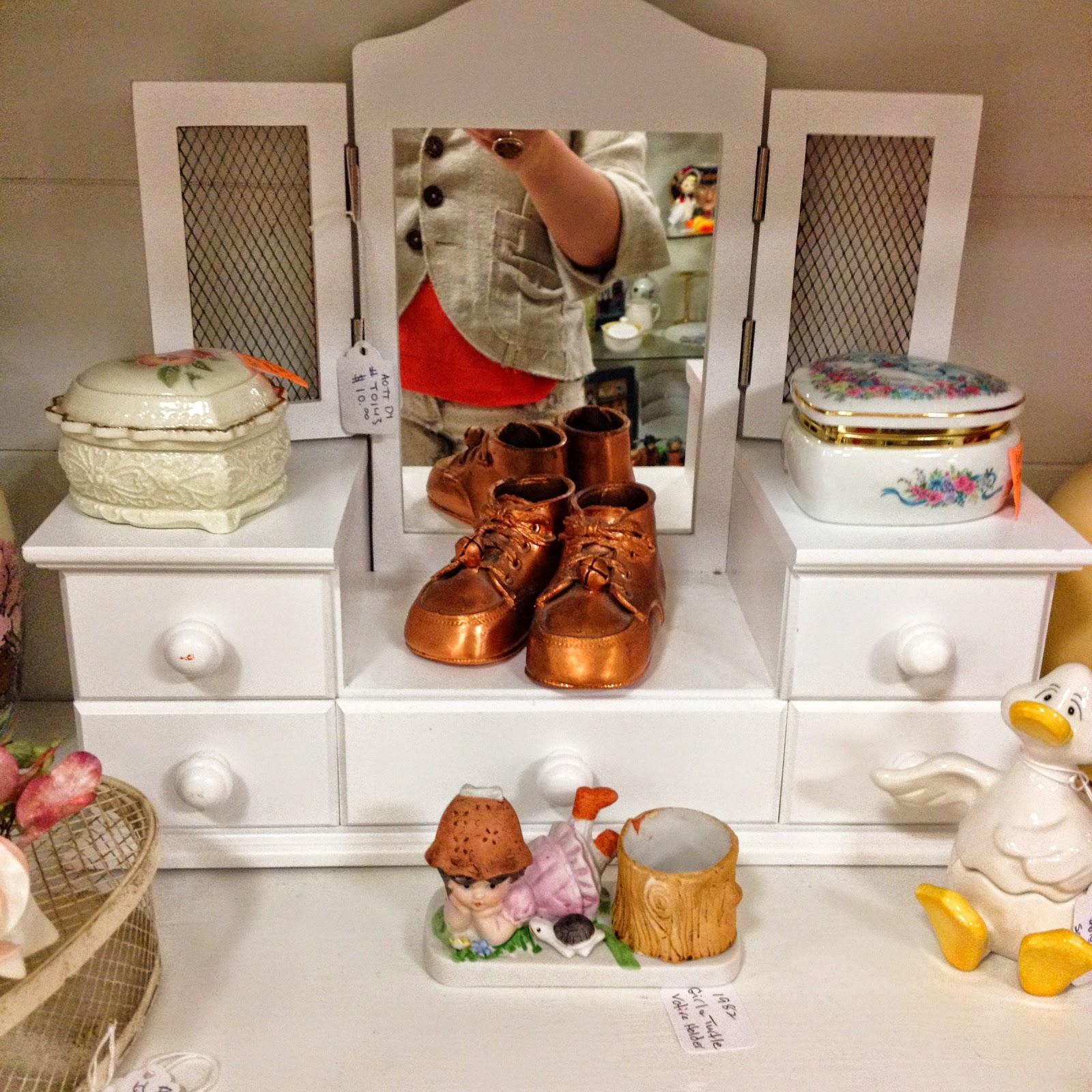 Сегодня я продолжу показ антикварной лавки в Колорадо Спрингс.    Рассматривая антиквариат в магазине, я с сожалением вспоминала, мебель и старинные вещи, выброшенные на свалку: мебель, посуда, прялка... да много всего, сердцу милого. Я часто останавливалась перед интерьером со словами: как у моей бабушки. Конечно, хотелось сразу купить