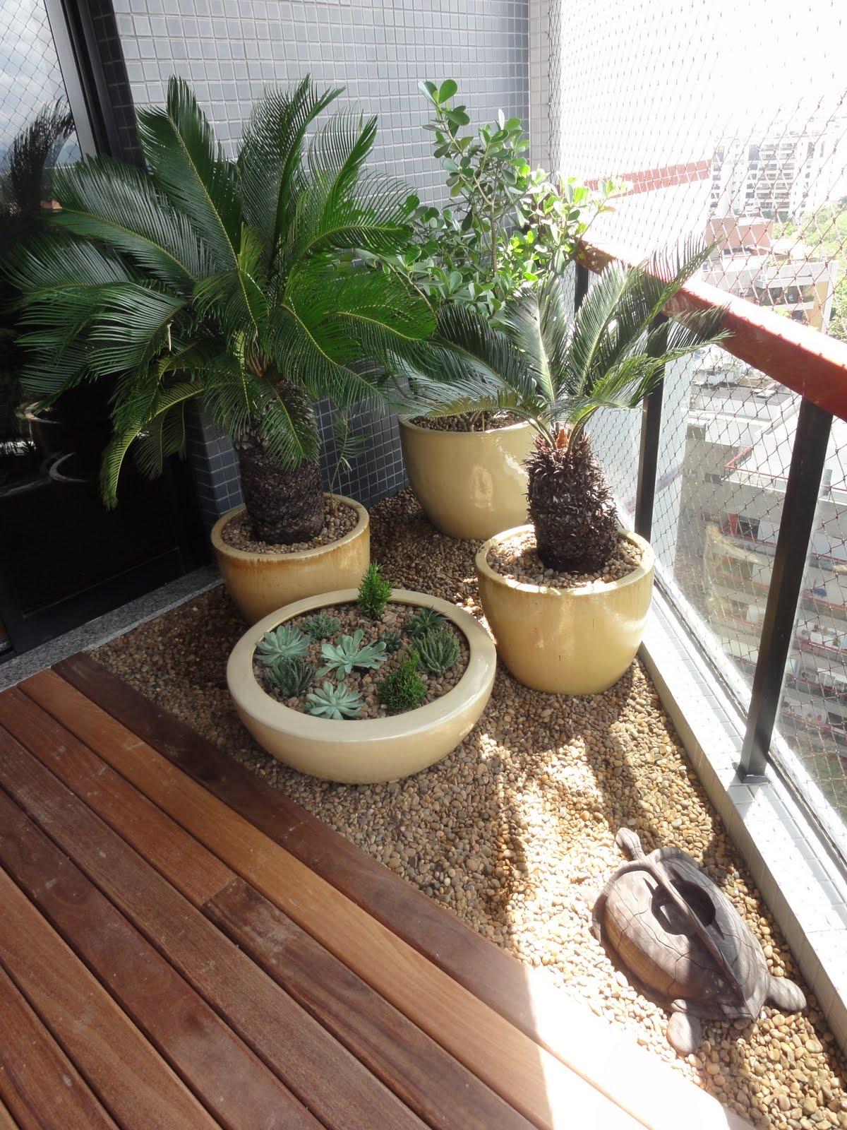 Placas de coco na parede e um cantinho reservado na varanda para