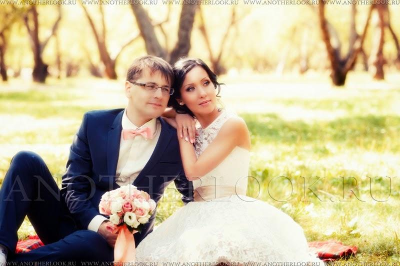 Жених и невеста в яблоневом саду