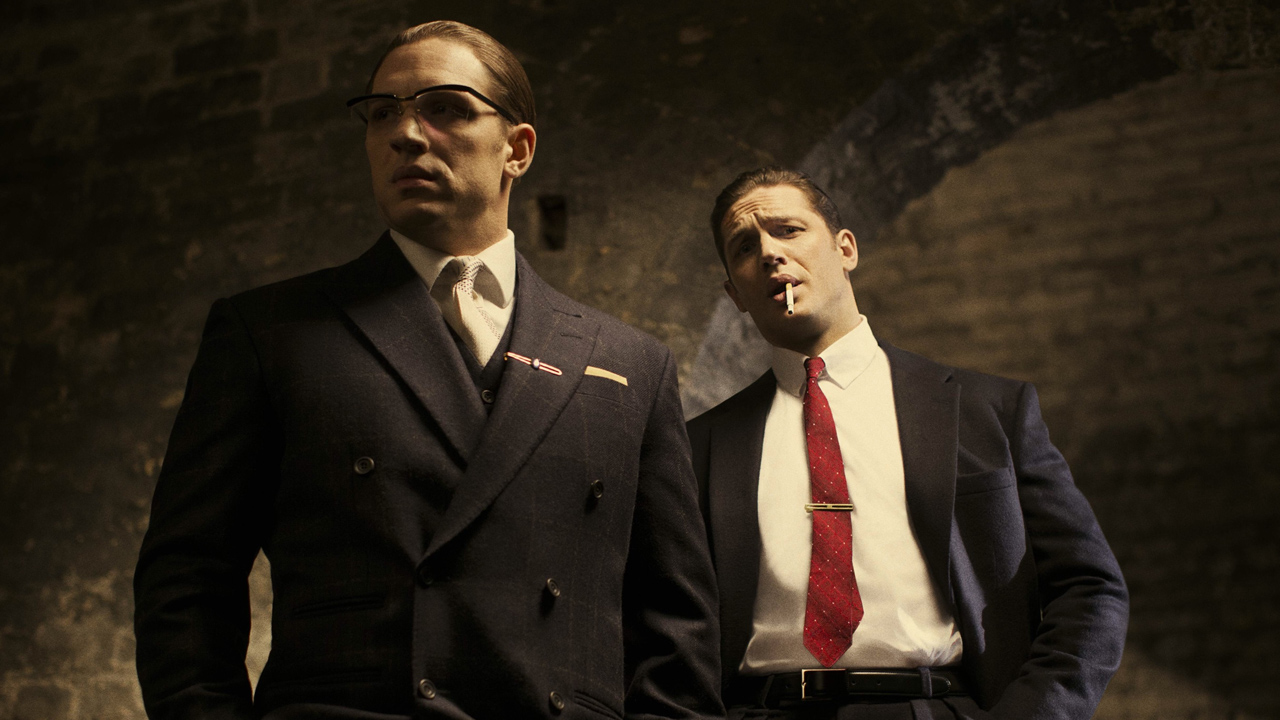 Tom Hardy em cena do filme Legend, no papel de Ronald e Reginald Kray