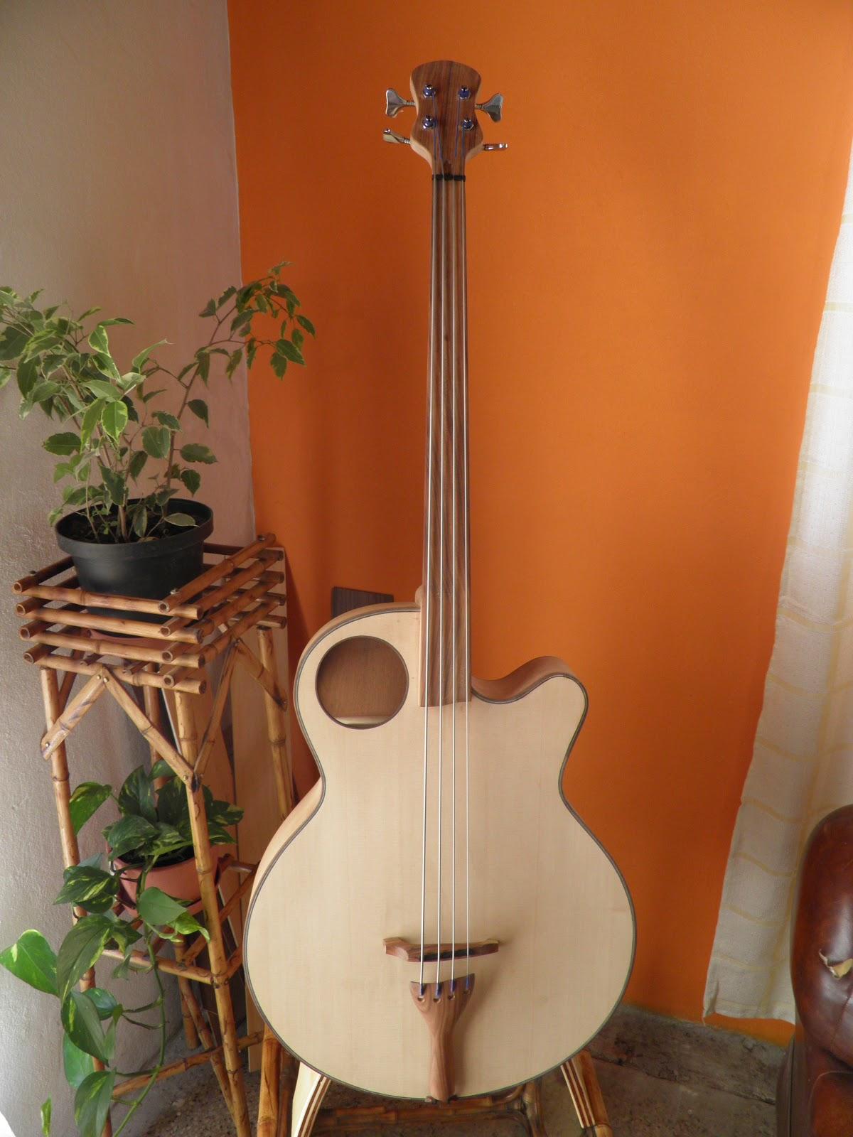 Guitarras y bajos ac sticos construidos a mano por pedro for Guitarras de luthier