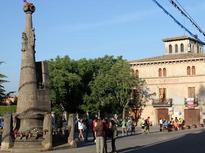 La Plaça de Mossèn Cinto Verdaguer am el Pedró i la Casa de la Vila. Autor: Carlos Albacete
