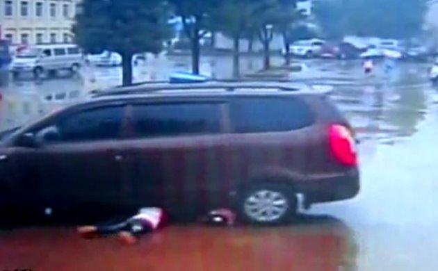 Dua Bocah Terlindas Mobil Tapi Tetap Selamat