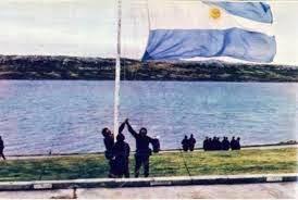 """""""¡Las Malvinas, Argentinas!"""", clama el viento y ruge el mar."""