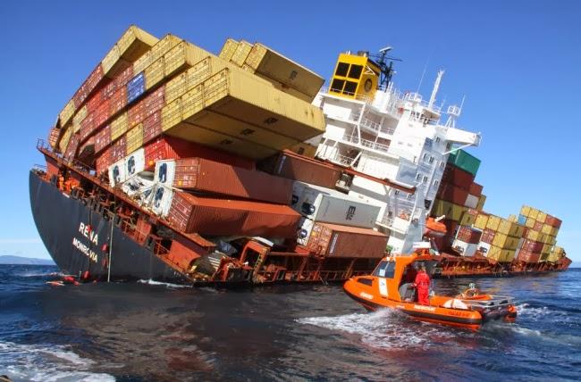У берегов Новой Зеландии сухогруз Rena наскочил на риф, вследствие чего разломился на 2 части, а контейнеры разбросало вокруг судна.