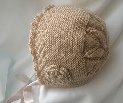 Capota de punto para niña tejida a mano