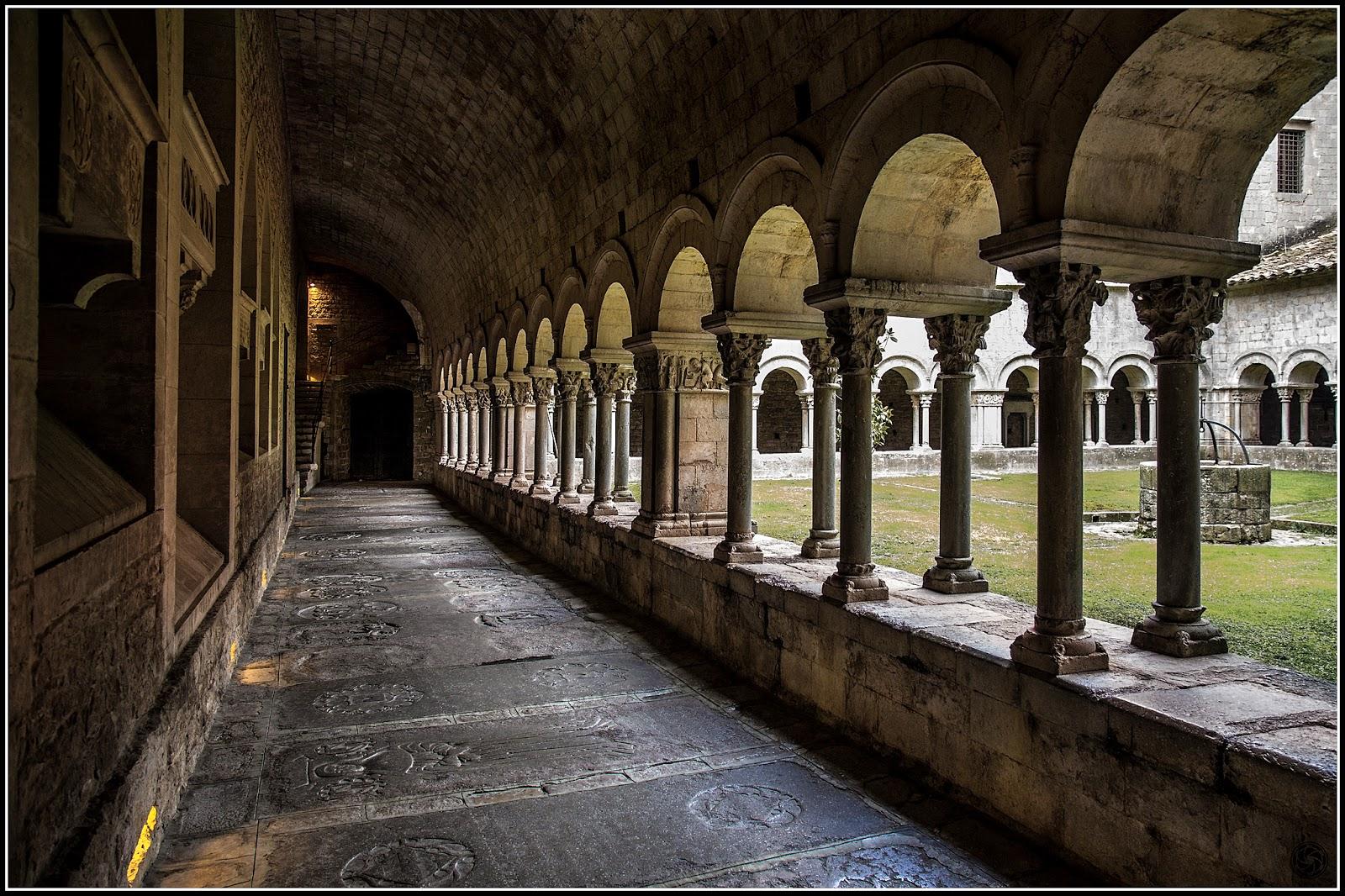 Claustro de Sta. Maria de Girona :: Canon  EOS 5D MkIII | ISO 800 | Canon 24-105@24mm | f/5.0 | 1/30s
