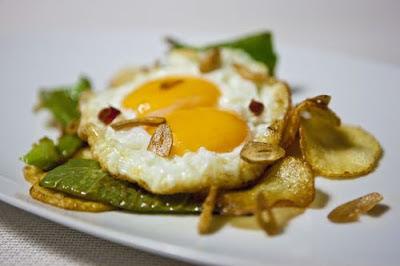 Foto de plato de huevos fritos con pimiento, patatas y ajos