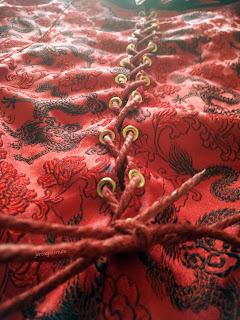 Mise en place du fil de lin teinté sur le corsage final.