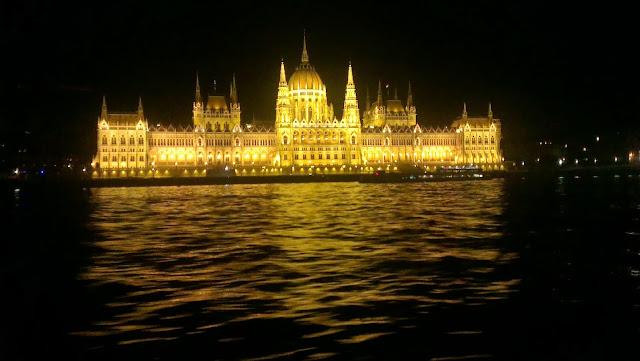 Parlamento de Budapest iluminado de noche Qué hacer gratis en Budapest