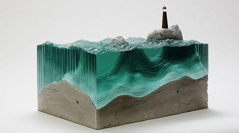 Hojas de vidrio cortados a mano y en capas forman impresionantes esculturas de olas del océano