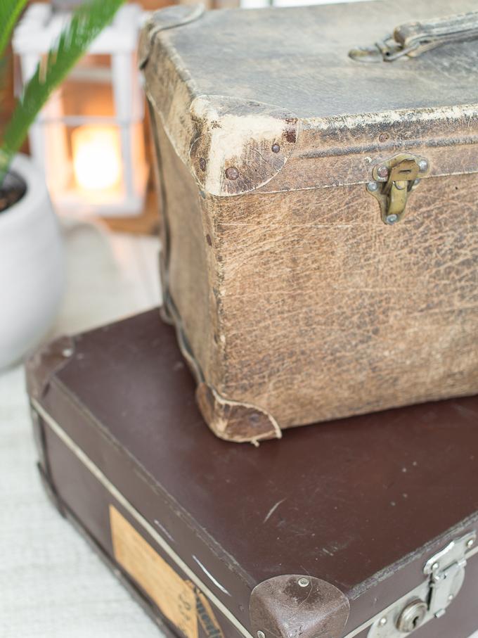 vanha kulunut matkalaukku kirpputorilta