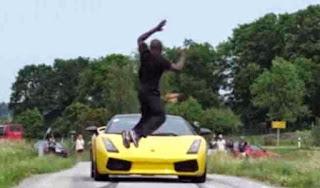 Πήδηξε πάνω από μια Lamborghini που έτρεχε με 130 χλμ [Video]