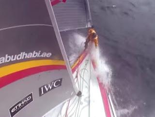 velero luchando contra las olas