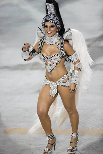 Juliana Alves Desfila Pela Escola De Samba Unidos Da Tijuca No