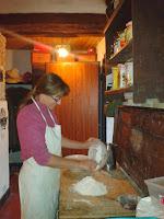 Eszter in cucina che prepara l'impasto per il pane