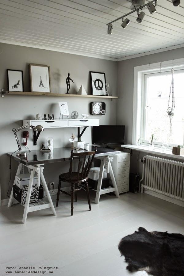 arbetsrum, ateljé, svart och vit inredning, vitt golv, vita golv, skrivbord, hemmakontor, tsavlor, vitt, vita posters, poster, prints, hyllor, hylla
