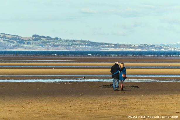 Fotografia pareja paseando playa de Cramond