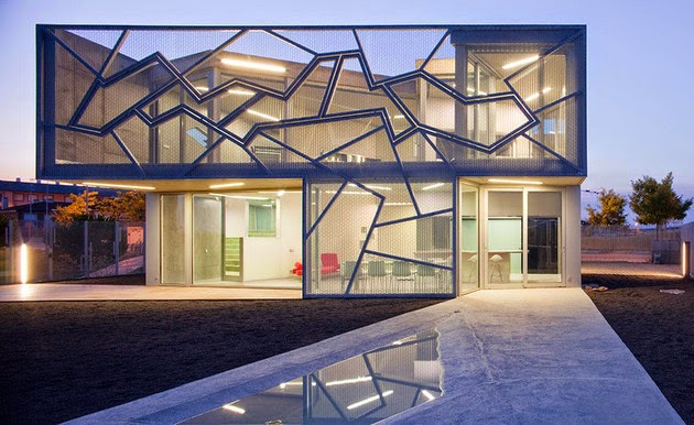 TOP 7 UNIQUE HOUSE DESIGN: MADRID ZAFRA-UCEDA HOUSE DESIGN FEATURES INCLUDE AN INDUSTRIAL-STYLE STEEL MESH ENCLOSURE