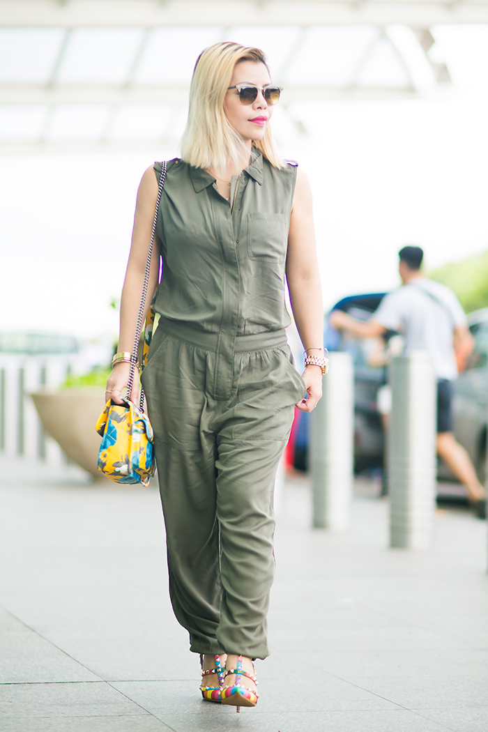 What to wear to travel: an olive jumpsuits and flats or heels sandals.