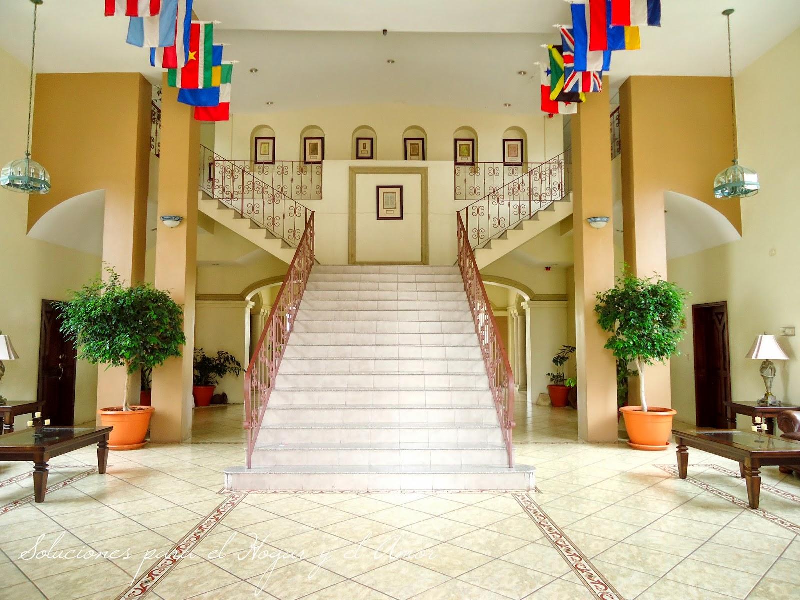Vestíbulo elegante, escalera elegante,