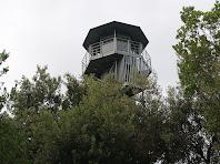 Detall de la part superior de la torre de vigilància del cim del Puig de la Guàrdia
