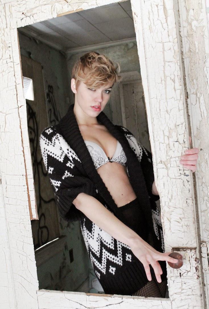 Britt Linn, la sexy Playboy de pelo corto rapado. Britt ama las motos, el fútbol y la fiesta. Chicas guapas 1x2