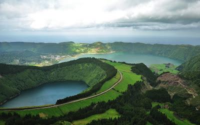 Hermoso paisaje con un lago entre las montañas