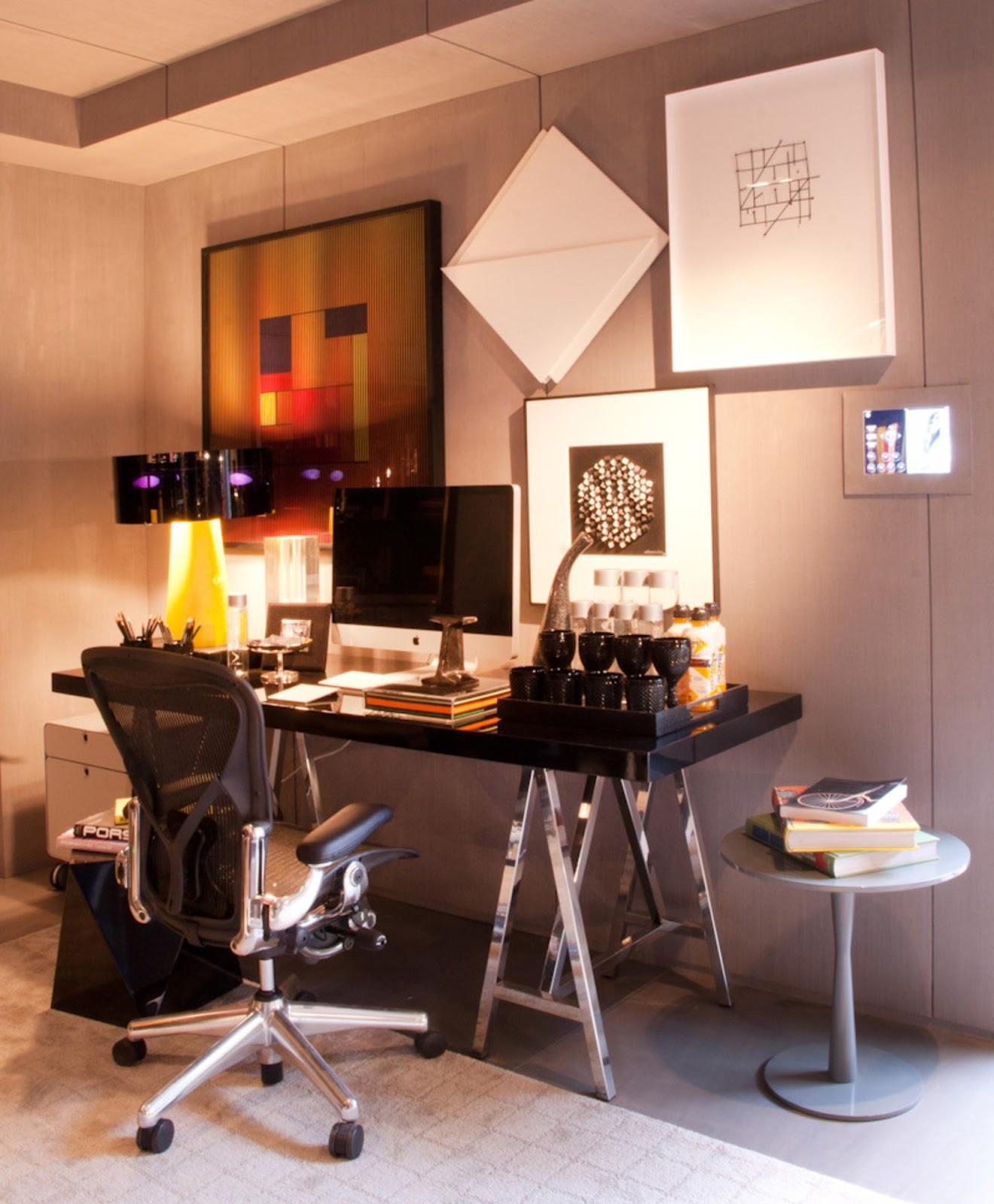 Home office com mesa cavalete de aço inox e tampo em laca brilhante  #B53A16 1320x1600