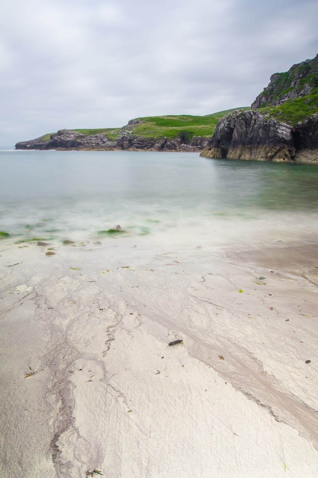 Strand mit Klippen und Meer in Irland am Ring of Kerry Ireland