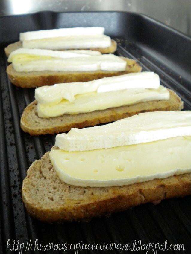 A casa nostra ci piace cucinare crostini caldi di pane integrale con robiola e marmellata di - Ci piace cucinare ...
